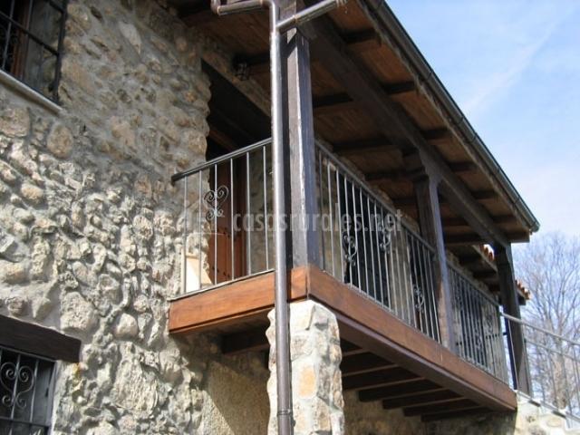 Exterior de la casa visto desde abajo