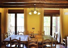 Salón con mesa