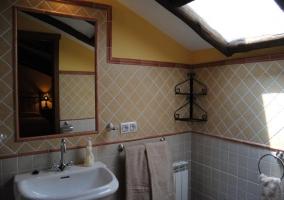 Baño alicatado y ventana en el techo