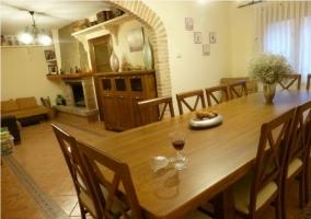 Salón-comedor con mesa