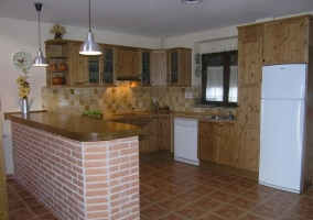 Cocina con barra de madera