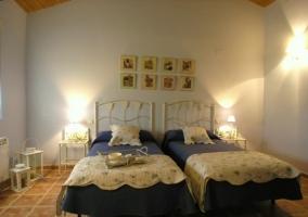 Dormitorio con camas individuales azul