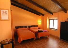 Dormitorio con camas individuales naranja