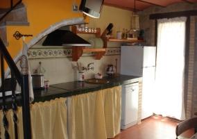 Cocina con televisor de plasma en la pared de la casa rural
