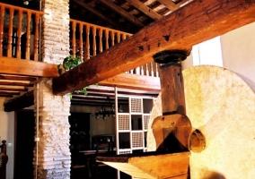 Sala con antigua piedra del molino