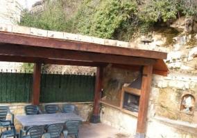 Acceso a la casa tras el muro de piedra
