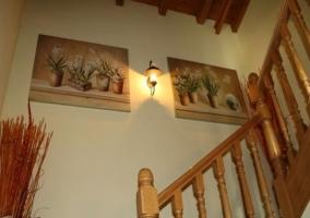 Entrada de la casa con puerta de madera y escaleras