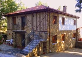 Fachada de piedra con escaleras