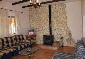 Salón y arco con acceso a la cocina