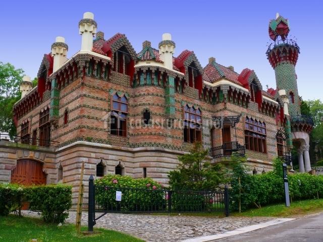 Edificio diseñado por Gaudí en Comillas