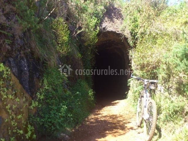 Entrada a una de las antiguas minas de sal que salpican los alrededores de Cabezón de la Sal