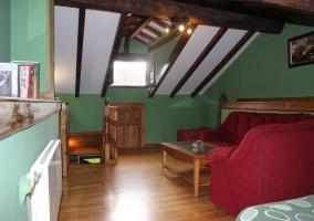 Buhardilla con salón y dos camas