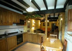 Cocina americana de muebles de madera y mesa de comedor