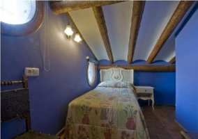 Habitación triple abuhardillada con cama individual