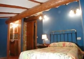 Habitación azul doble con cama de matrimonio y baño