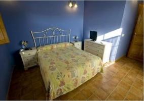 Habitación doble azul con cama de matrimonio