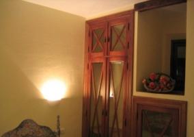 Armario del dormitorio con lamparilla encendida
