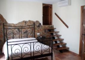 Dormitorio con pequeñas escaleras