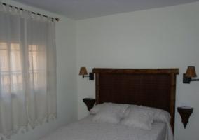 Dormitorio con cama de matrimonio blanca