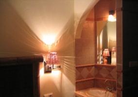 Lavabo dormitorio y lamparilla encendida