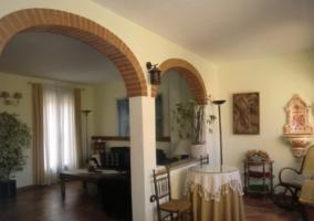 Sala con arcos y mobiliario