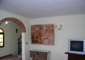 Salón con TV y paredes blancas