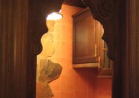 Ventana hacia la cocina iluminada