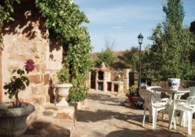 Fachada y terraza de la Casa Rural