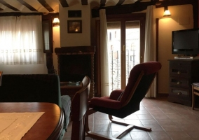 Sala de estar con chimenea y balcones