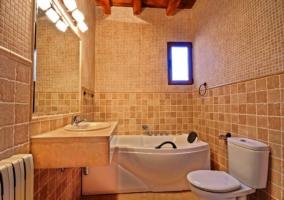 cocina y salon con chimenea y techos de madera