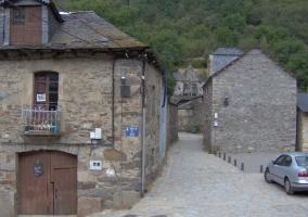 Acceso a la casa en piedra