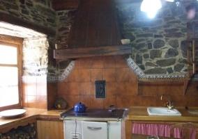 Cocina comedor con detalles y mesa de madera con sillas