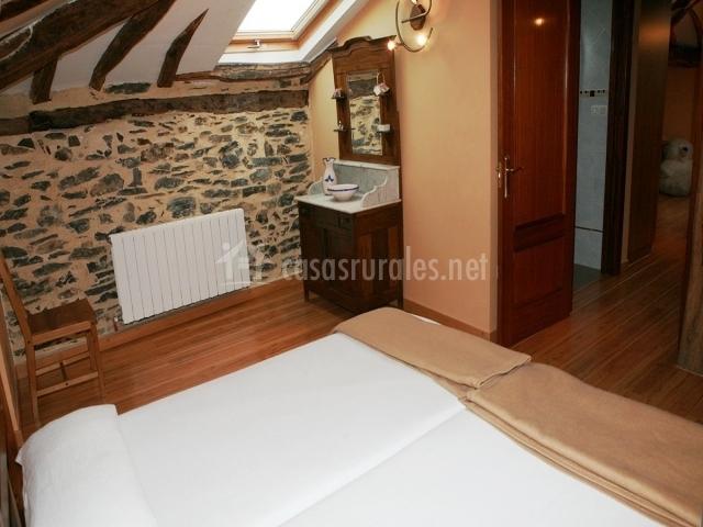 Apartamento de dos camas individuales con techo de madera