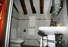 Bano blanco con toallero calentador
