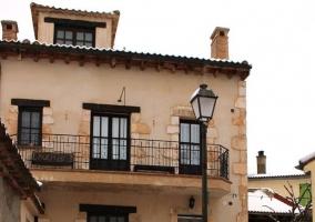 Vista exterior del edificio y calle delantera