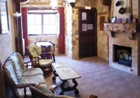 Patio exterior de la casa con barbacoa y muebles