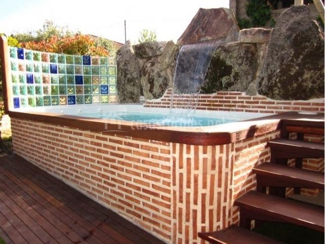 Casa riata en mombeltran vila for Piscina jacuzzi exterior