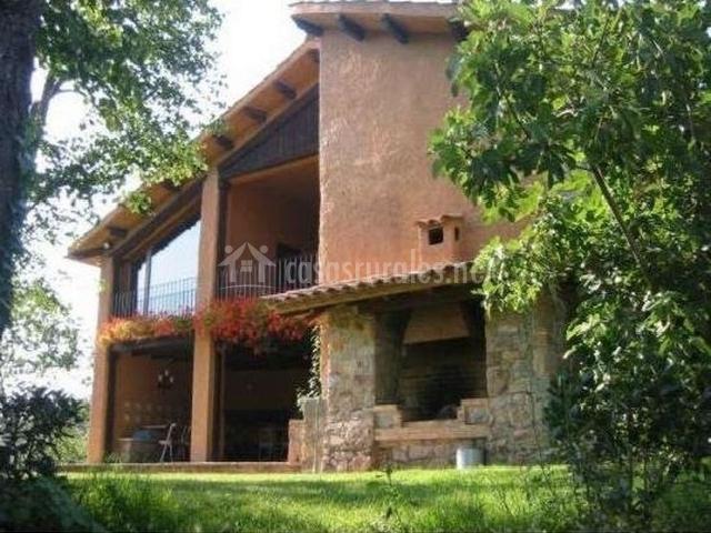 Fachada de la casa con porche y terrazas