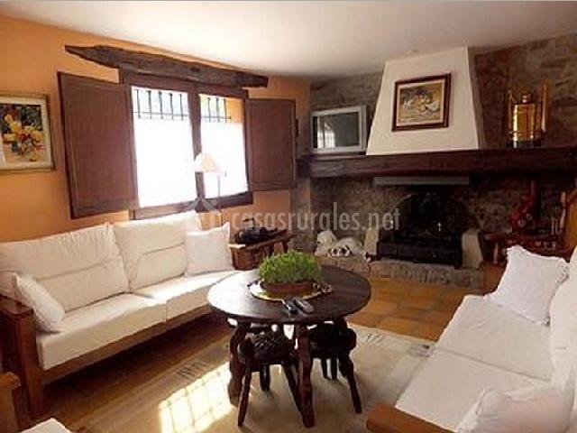 Salón con sofás y chimenea al fondo