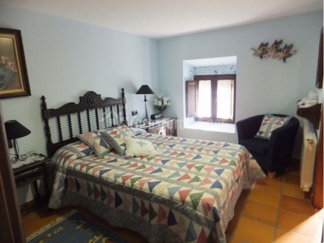 Dormitorio con baño privado completo