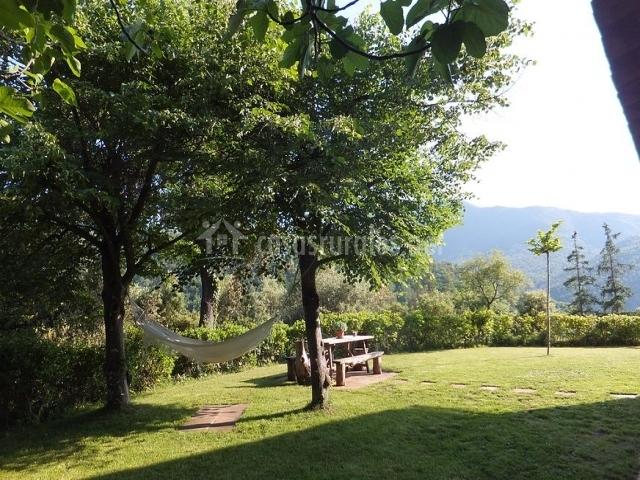 Hamaca en el jardín de la casa rural y Montes al fondo