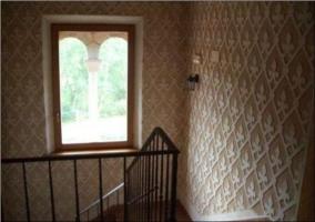 Fachada con balcones y ventanas