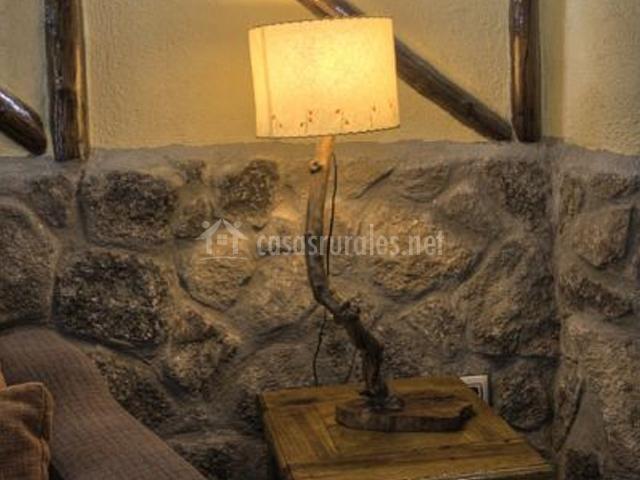 Mesita con lámpara en un rincón