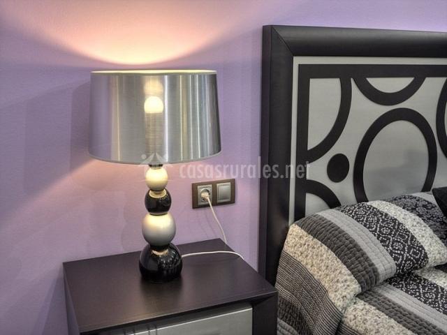Mesita junto a la cama con lámpara