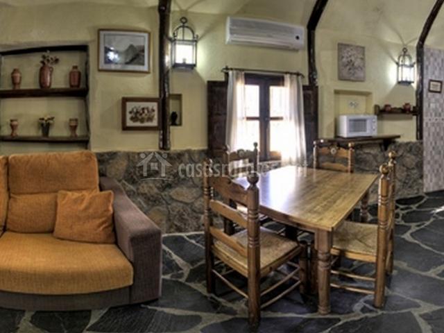 Salón con escaleras de madera