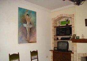 Televisión junto a chimenea