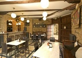 Cafetería con barra de bar y taburetes