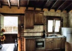 Bajo cocina con muebles de madera y ventana