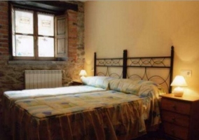 Bajo dormitorio doble con un par de camas