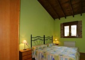 Grande dormitorio doble con paredes en verde